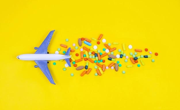 Modelvliegtuig met veelkleurige pillen van close-up van reisziekte
