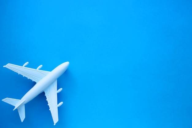 Modelvliegtuig op een blauwe ondergrond
