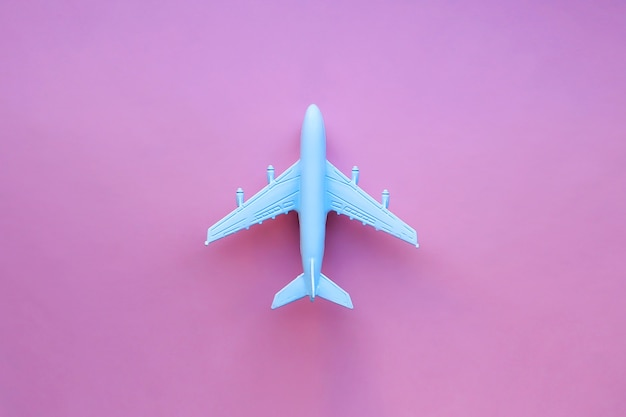 Modelvliegtuig op een roze ondergrond