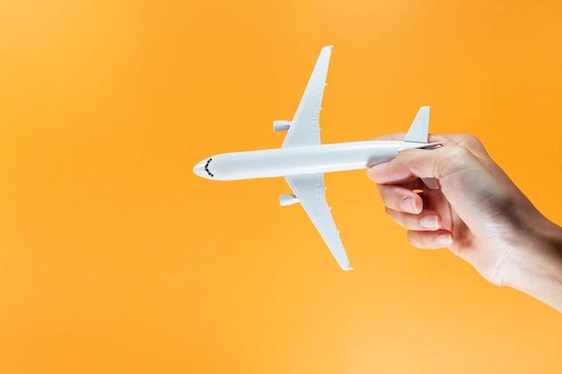 Modelvliegtuig, vliegtuig op pastelkleurachtergrond