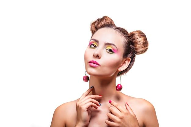Modelvrouw met lichte make-up en roze kersenoorringen
