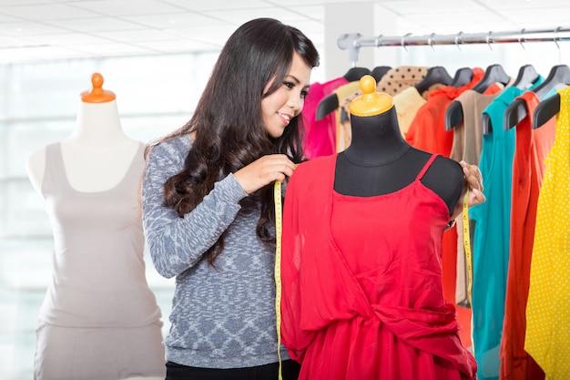 Modeontwerper bezig met een ontwerp