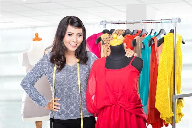 Modeontwerper bezig met ontwerp
