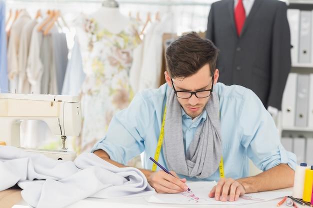 Modeontwerper bezig met zijn ontwerpen