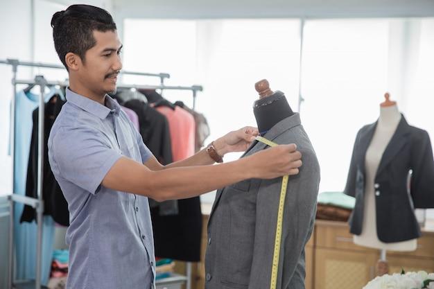 Modeontwerper meten een pak