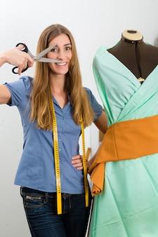 Modeontwerper of kleermaker die in studio werkt