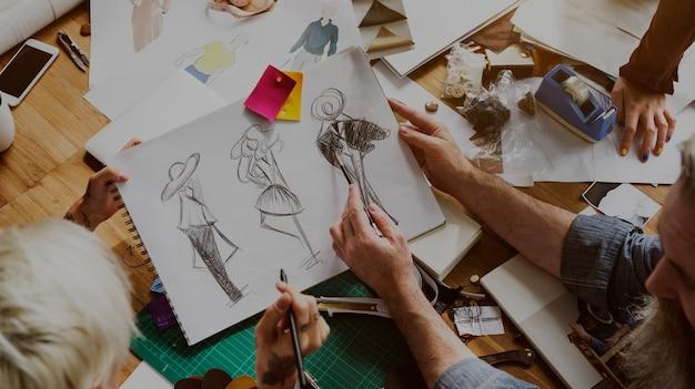 Modeontwerper schets tekening kostuum concept