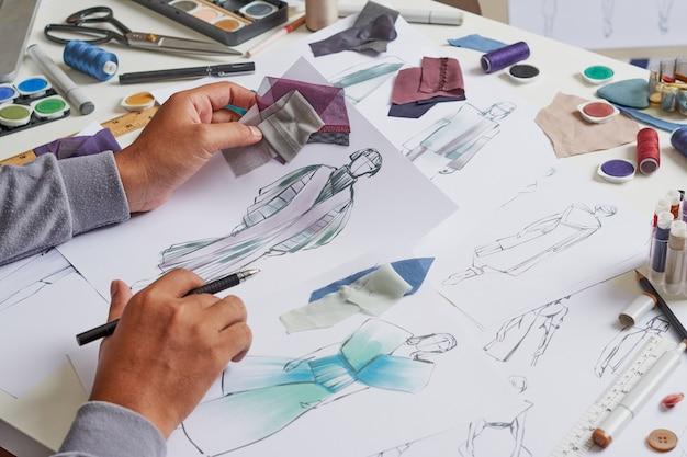 Modeontwerper schetsen kostuumontwerp