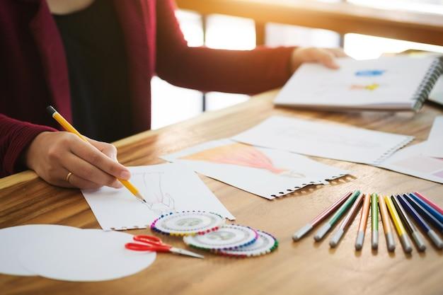 Modeontwerper stijlvolle tekening in een studio