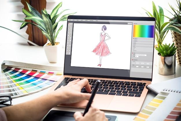 Modeontwerper vrouw die op een laptop werkt