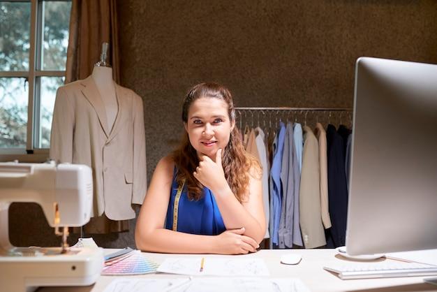 Modeontwerper werken in werkplaats