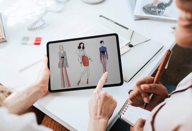 Modeontwerper werkt aan hun ontwerp op een digitale tablet