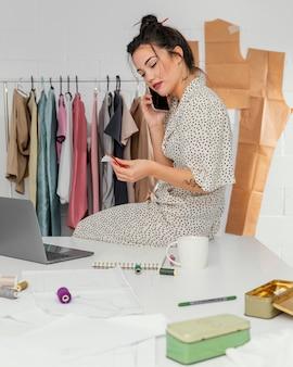 Modeontwerper werkt in haar atelier