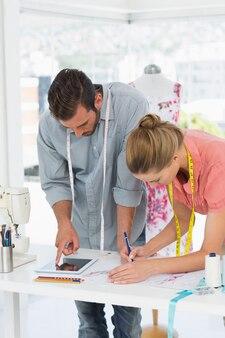 Modeontwerpers aan het werk in heldere studio