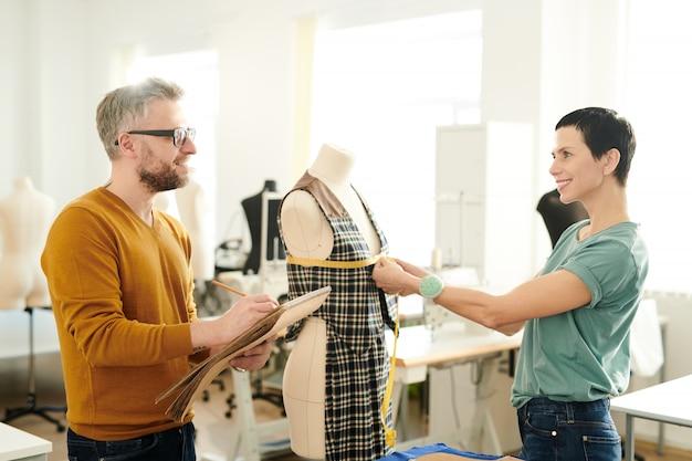 Modeontwerpers aan het werk