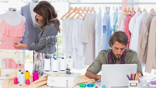 Modeontwerpers die in een helder bureau werken