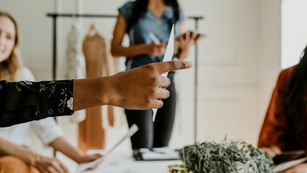Modeontwerpers in een vergadering