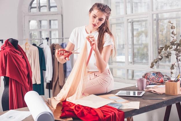 Modeontwerpers werken in studio zittend op het bureau