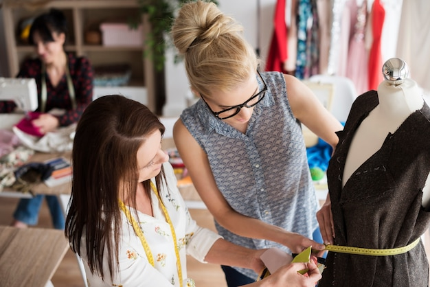 Modeontwerpers werken samen aan de nieuwe collectie