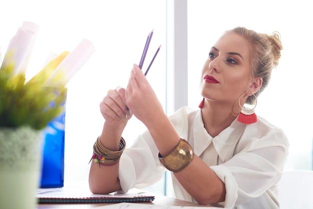Modeontwerpster heeft haar potloden geslepen