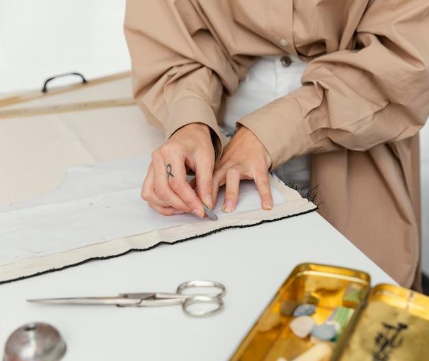 Modeontwerpster werkt alleen in haar atelier