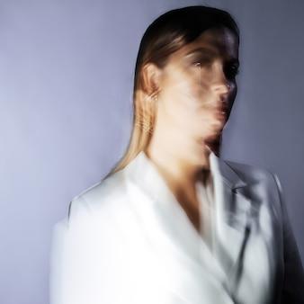 Modeportret met het effect van bewegingsonscherpte bij een lange sluitertijd