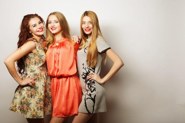 Modeportret van drie stijlvolle hipstermeisjes