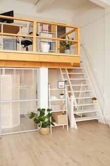 Modern appartement op twee niveaus met minimaal ontwerp en houten details