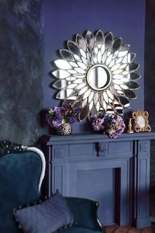 Modern art deco woonkamer interieur. luxe interieur met grote spiegel boven open haard, bloemen en klassieke bank