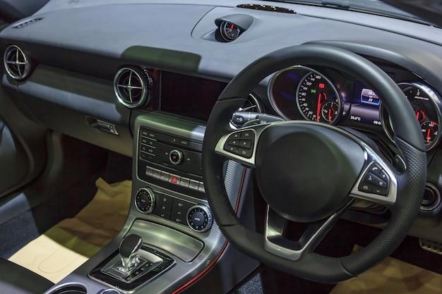 Modern auto binnenlands detail met dashboard en stuurwiel