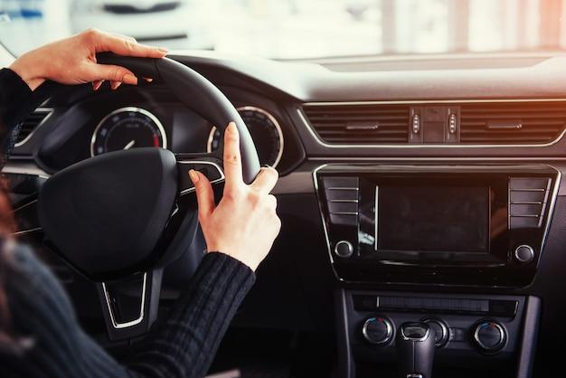 Modern auto-interieur dashboard en stuurwiel