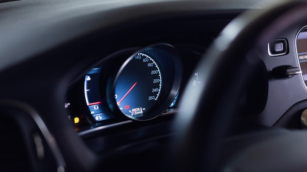 Modern autopaneel, digitale heldere snelheidsmeter, kilometerteller.