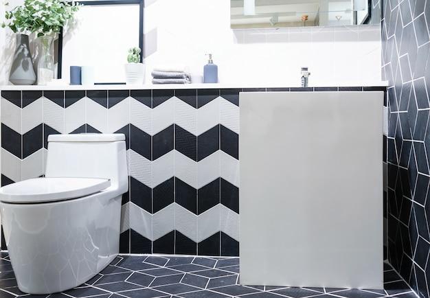 Modern badkamersbinnenland met moderne aanrechtbassin, toilet en spiegel
