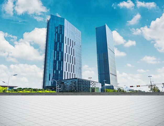 Modern bedrijfsgebouw met glazen muur van lege vloer
