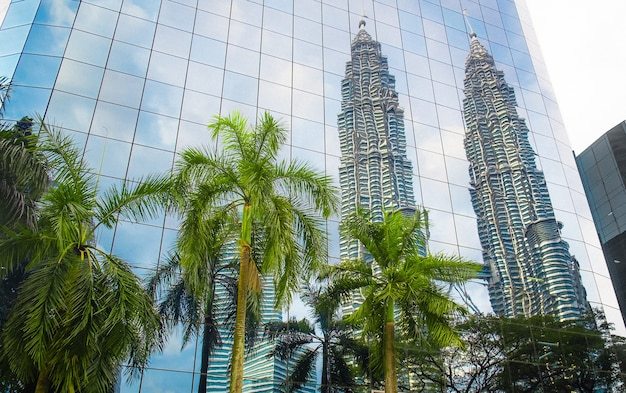Modern blauw glazen gebouw met reflectie business center in kuala lumpur