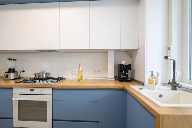 Modern blueteal gekleurd meubilair keukenbinnenland