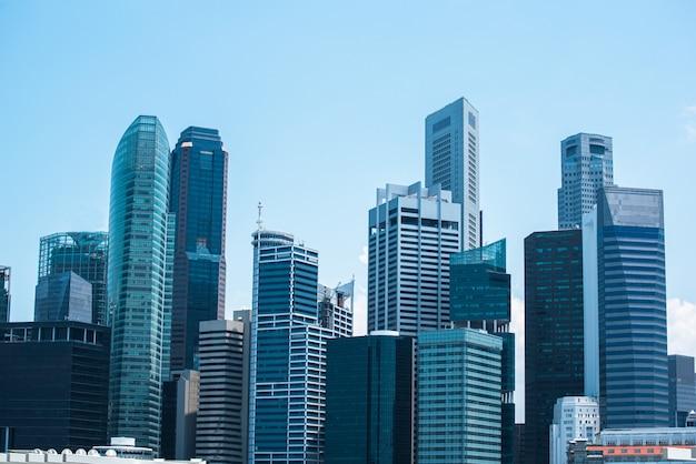 Modern commercieel centrum, centrale cityscape van het bedrijfsdistrictslandschap met zonnige mooie hemel.
