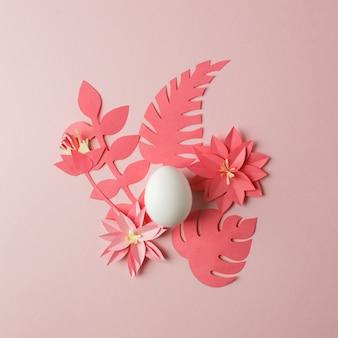 Modern concept van pasen - witte eieren en origami papaercraft bloemen
