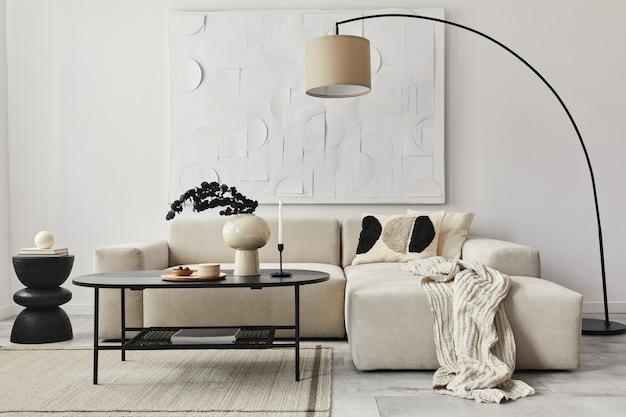 Modern concept van woonkamerinterieur met designbank, kussen, deken, kunstschilderijen, houten zijkruk, lamp en elegante persoonlijke accessoires in stijlvol interieur.
