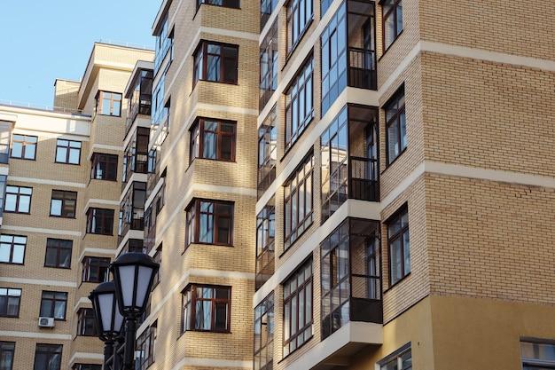 Modern condominium gebouw onroerend goed in stad met blauwe lucht