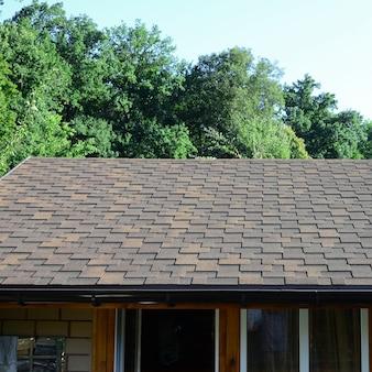 Modern dakwerk en decoratie van schoorstenen. flexibele bitumen of leisteen gordelroos