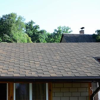 Modern dakwerk en decoratie van schoorstenen.