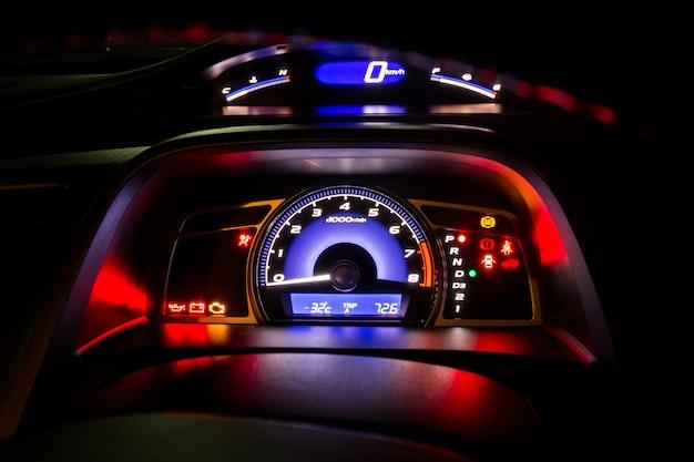 Modern dashboard van het instrumentenpaneel en digitale snelheidsmeter in nachttijd