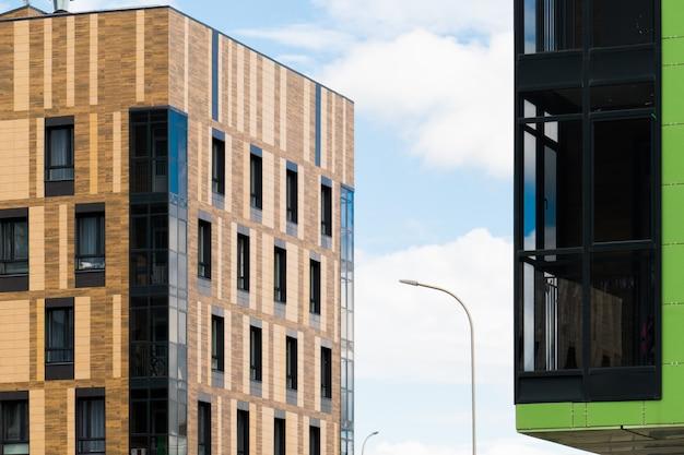 Modern de stadsflatgebouw van het ontwerp in de stad.