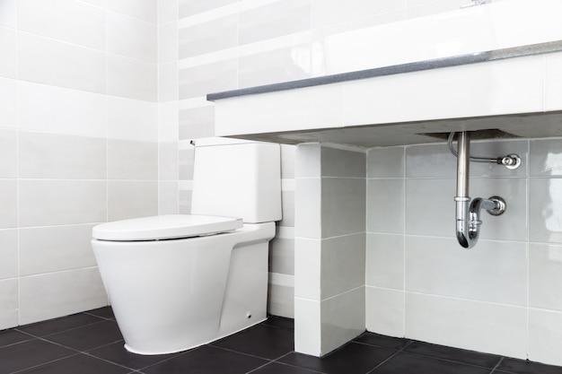 Modern design home badkamer toilet en wastafel wit colur sanitair in de badkamer