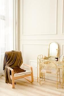 Modern design interieur van woonkamer met gouden commode beige fauteuil