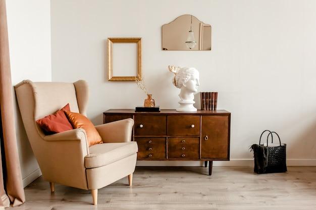 Modern design interieur van woonkamer met houten commode beige fauteuil