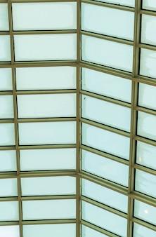 Modern designgebouw met glazen dak