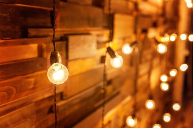 Modern donker klassiek interieur appartement met retro lampen die gloeilampen hangen