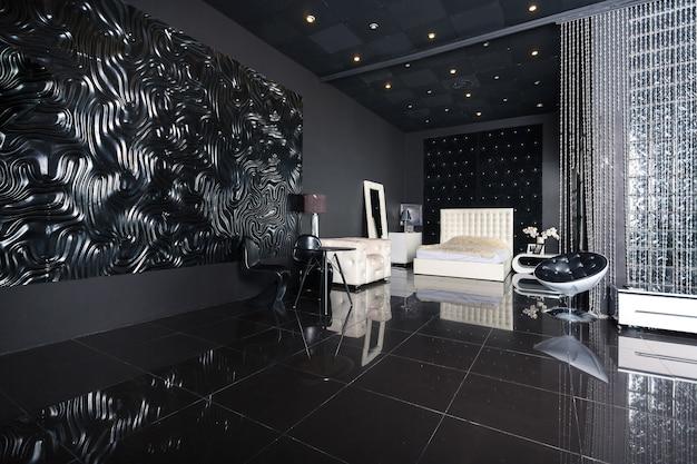 Modern donker luxe zwart interieur met witte chique meubels
